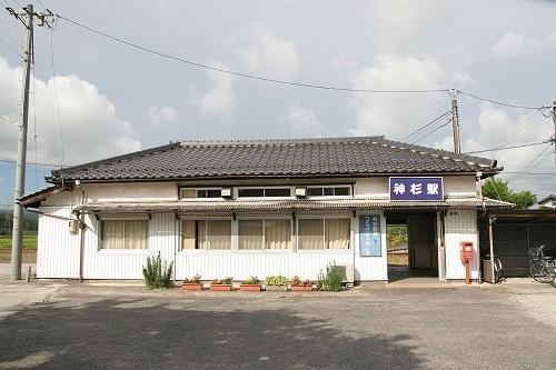 1024px-JRW_kamisugi_sta.jpg