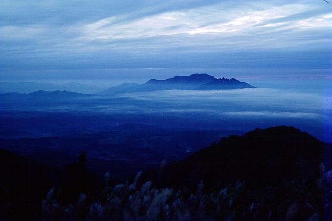 祖母山より阿蘇五岳を望む