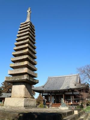 十三重石塔と本堂