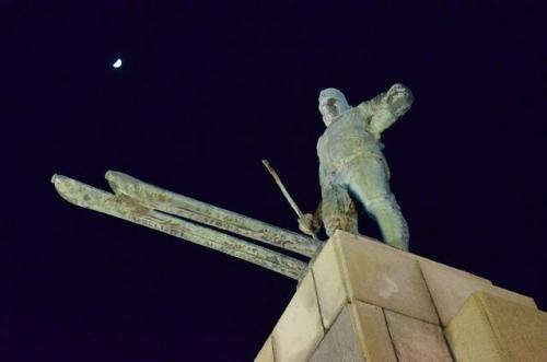 月とレルヒ像