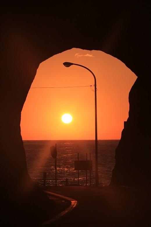 トンネルと夕日