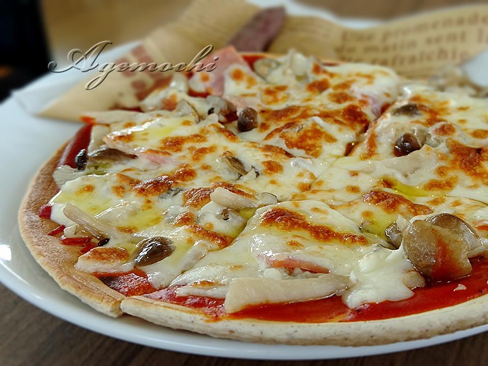 ベーコンとしめじのピザ