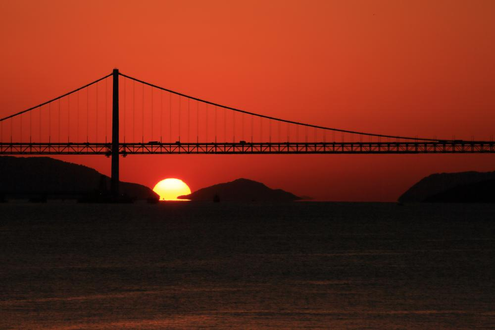 窮屈な夕陽
