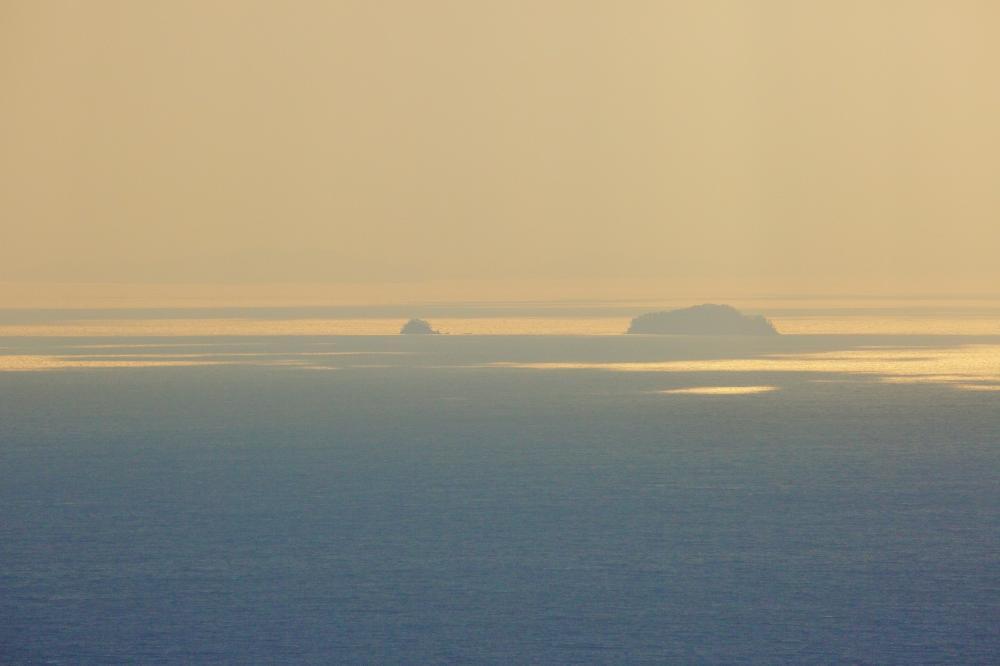日が射す海面