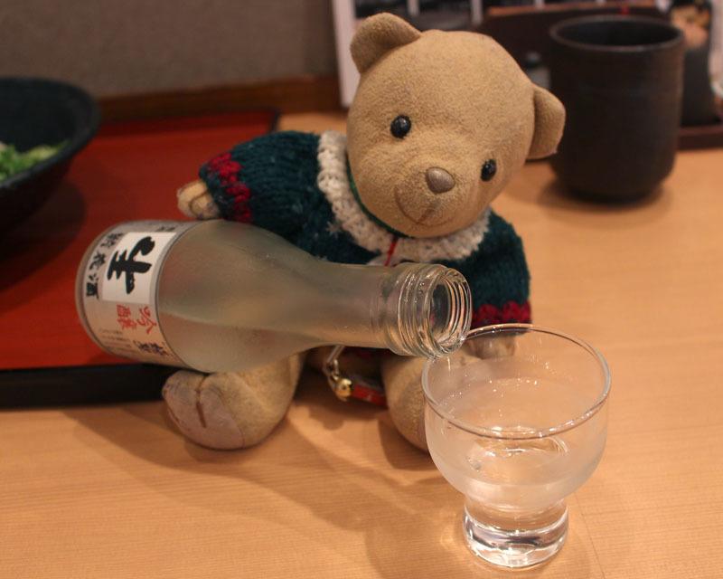 極聖 吟醸酒を注ぐ
