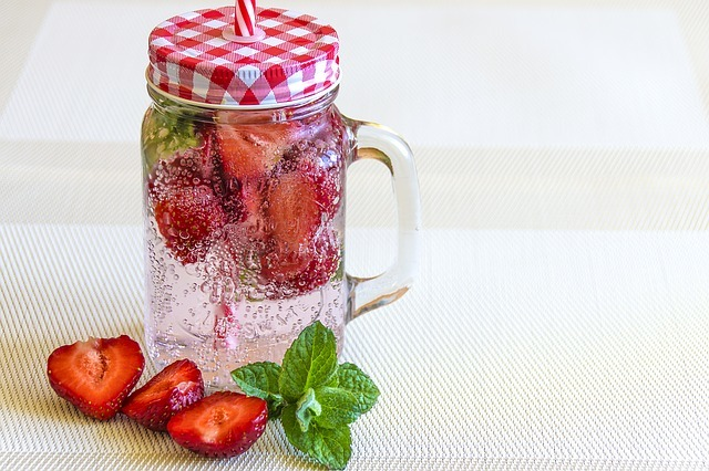 mineral-water-with-strawberries-1411368_640.jpg