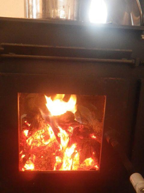 麻打ち・薪の火で
