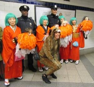 地下鉄構内で警官と