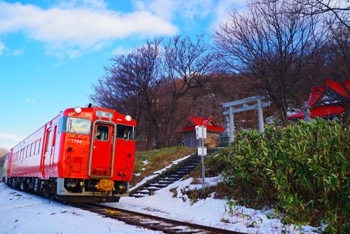 廃止直前の留萌線増毛駅間を赤い列車が行く