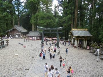 ・神厩舎(三猿)、内番所、銅鳥居、御水舎