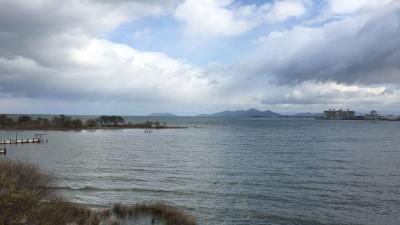琵琶湖大橋西詰めから眺めた北湖 沖は白波立ちまくりの大荒れです(12月14日12時頃)