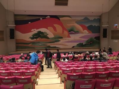 大ホールは804席の多目的ホール NHKのど自慢が似合いそうな感じの舞台です(笑)