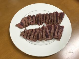 美味しそうにできあがった鹿肉のタタキ