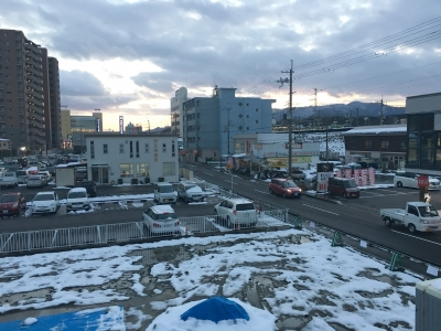 地面の雪が斑になっらJR堅田駅付近(1月17日17時頃)