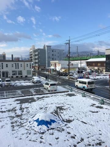 雪景色のJR堅田駅付近(2月10日9時頃)