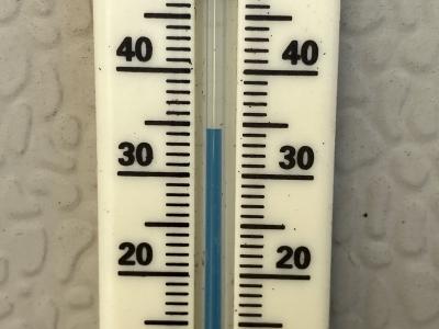 一夜明けてすっかり雪景色になったJR堅田駅付近(2月11日8時頃)