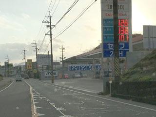 レギュラーガソリン128円/Lに値上がりした大津市木の岡のセルフGS