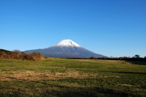 24R139あさぎりフードパーク付近牧草地からの富士山