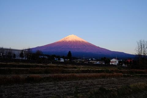 32富士宮へ夕日に染まる富士山