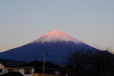 33富士宮へ夕日に染まる富士山