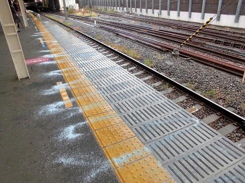 16.11.24 駅の融雪剤。謙介君展覧会 (6)