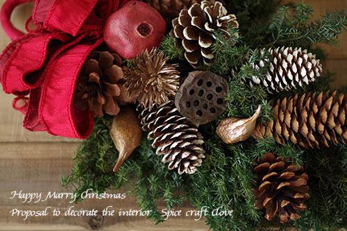 ヒムロスギと木の実のクリスマススワッグ