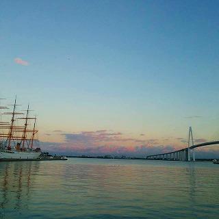 漁港の夕暮れ(12・15)、森田さん写す