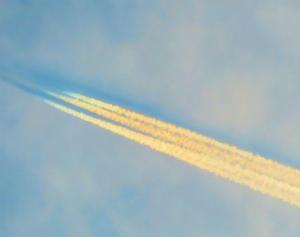 Cxd2IrJUcAEbt0t飛行機雲が