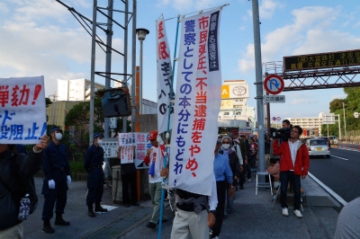 Cyakr4IVEAAi8_k名護署前では、今朝の不当逮捕に対する