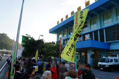 Cyakr4IVIAAePFe名護署前では、今朝の不当逮捕に対する