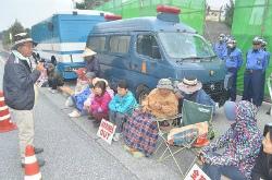 C1xpWSnUUAA2xL-約60人が抗議の座り込み