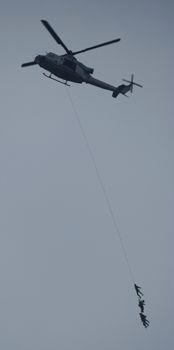 C2qcF4ZXgAIKm4R辺野古の上空 兵士つり下げ