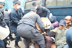 C2qryFUXAAAQZZL機動隊、市民らを強制排除