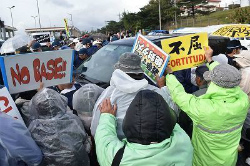 C4MJKBXUEAIHpypゲート前で約250人が抗議行動
