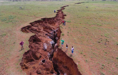 giant-crack-sinkhole-northern-cape-south-africa.jpg