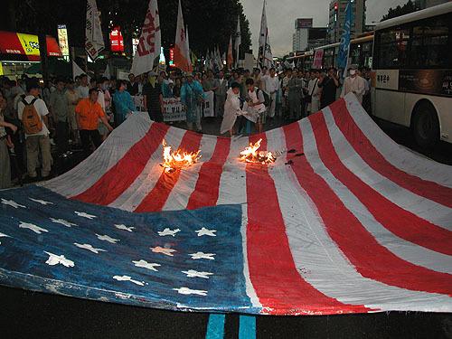 米軍装甲車による故シン・ヒョスン、シム・ミソンさん殺人事件(2002年8月7日)行こう!米大使館へ、刑事裁判権放棄拒否に抗議