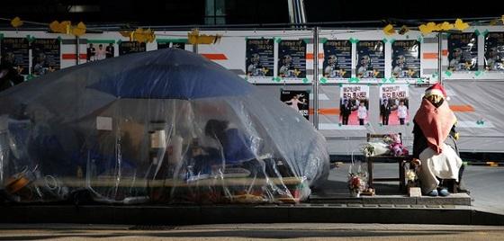 韓日政府の日本軍「慰安婦」被害者問題関連12・28合意1年を翌日に控えた27日午後、ソウル鍾路区の旧日本大使館前の少女像の脇を少女像守りのイ・ソヨンさん(21)が守っている=パク・ジョンシク記者:ハンギョレ新聞
