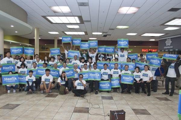 6日サンタクララ・ローレンスプラザで開かれたマイク・ホンダ議員後援のためのキャンペーン行事で地域の韓人たちがホンダ議員と席を共にした。
