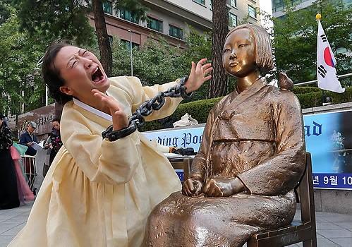 ソウルの日本大使館前 「少女像」売春婦像
