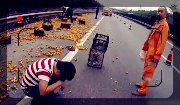 【中国】トラックが横転しミカン散乱、強奪する住民止めた運転手が殴られる