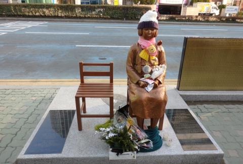 韓国の慰安婦像にはなぜ椅子が二つあるのか?また、いつから「少女」の設定になったのか→実は在韓米軍基地で事故にあって死んだ二人の女子中学生のモニュメントの使いまわしだった?