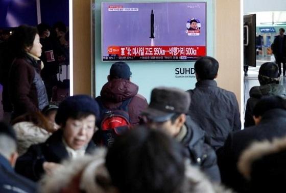 2月13日、北朝鮮は新型中長距離弾道ミサイルの発射実験を12日に実施したと発表した上で、実験は成功だったと表明した。写真は北朝鮮のミサイル発射実験のニュースを報じるテレビを観る乗客。ソウルの鉄道駅で1
