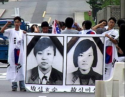 この事故でなくなった女子中学生の写真は以下 なぜ売春婦像に椅子が2つあるのか?実は「米軍装甲車女子中学生轢死事件」の犠牲者2人の像だった