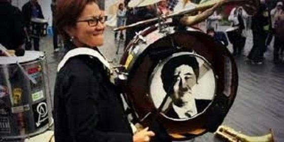 共産党が赤旗まつりで「ヒトラー髭をつけた安倍総理の写真」をドラムに張り付けて楽しんでて気持ち悪い