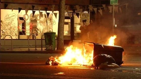 カリフォルニア州オークランドの市街地で反トランプ派がデモ活動から暴徒化。放火。