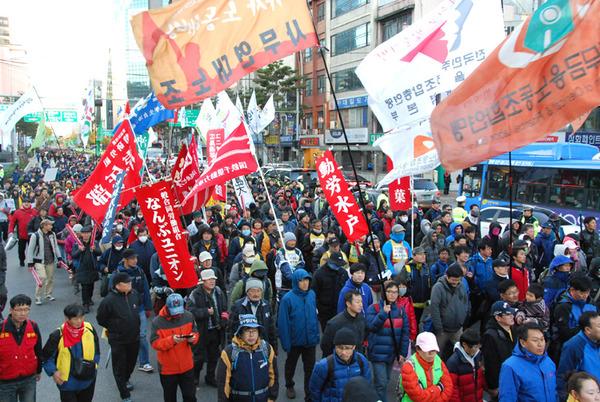 ▼2013年12月、ソウルの大規模集会に革マル派のJR総連などが参加▼