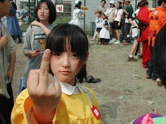 日本の女の子までこんなコトを!と思ったら後ろのフェンスにハングル 大人は勿論だけど日本の子供たちは絶対に真似しないでね