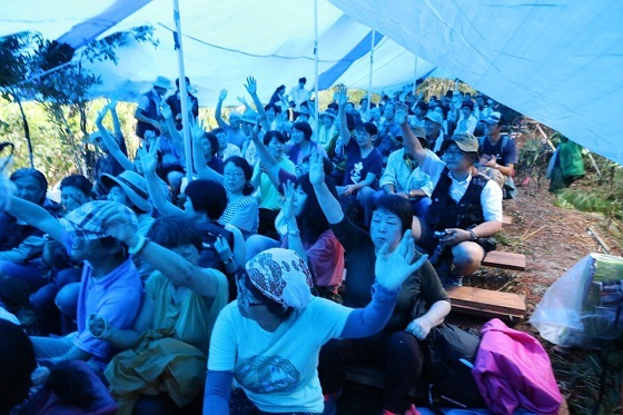 2.「県外からきてくれた人、手を挙げてください」という山城氏の呼びかけに応えて挙手する参加者の方々。18時からの集会が本番。まだまだ増える見込み。