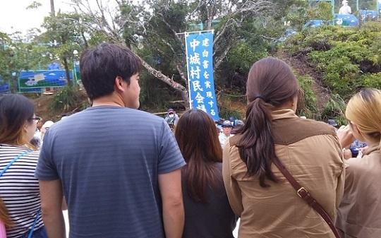 23日正午すぎ、N1ゲート前。韓国から若者が数人駆け付けました。韓国でもでもがかなり多くデモが行われているようです。#高江