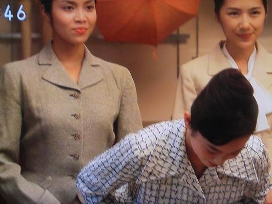 #NHK 「朝ドラ」売り子3人、真ん中が「 #朝鮮 式 #コンス 」でお辞儀。…この時代にこんなお辞儀をするはずが無い。NHKに侵入した在日朝鮮人が受信料で日本文化を捻じ曲げる。